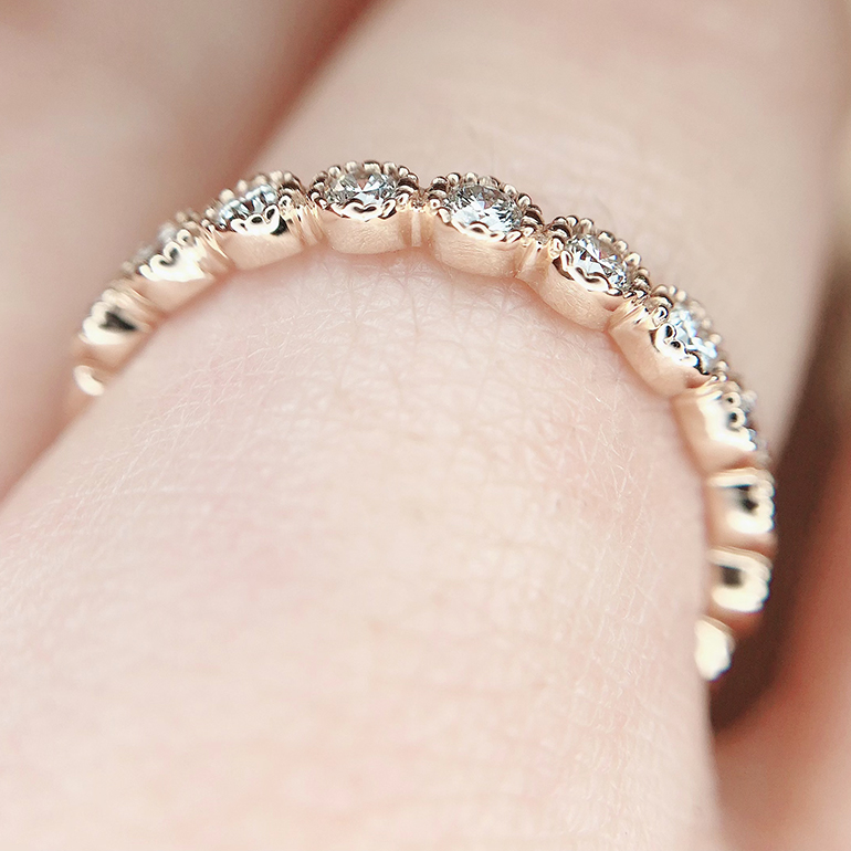どこから見てもミル打ちが優しく輝く贅沢な1本。シンプルな結婚指輪(マリッジリング)との重ね着けにも相性が抜群です。