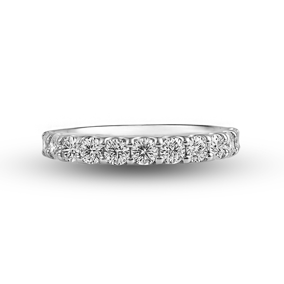 Pt(プラチナ)のエタニティリング。永遠を意味するエタニティリングは、リングの半周に途切れることなくダイヤモンドが留めたデザインとなっています。