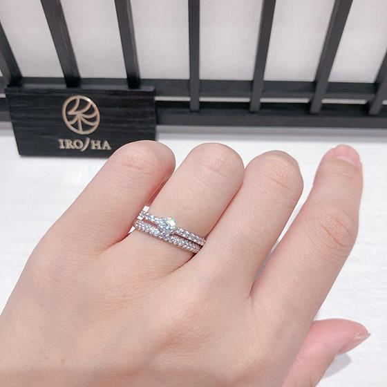 華やかな結婚指輪と合わせた豪華なセットリング。