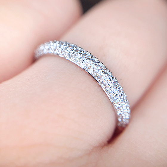 甲丸の形状にセットされたパヴェセッティング。細かいメレダイヤモンドの輝きに見惚れます。