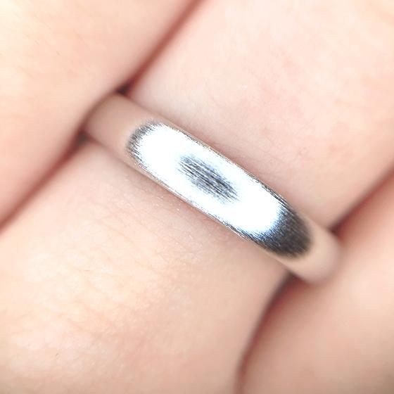 横ライン仕様のヘアラインマットがシックな仕上がりのmen'sの結婚指輪。