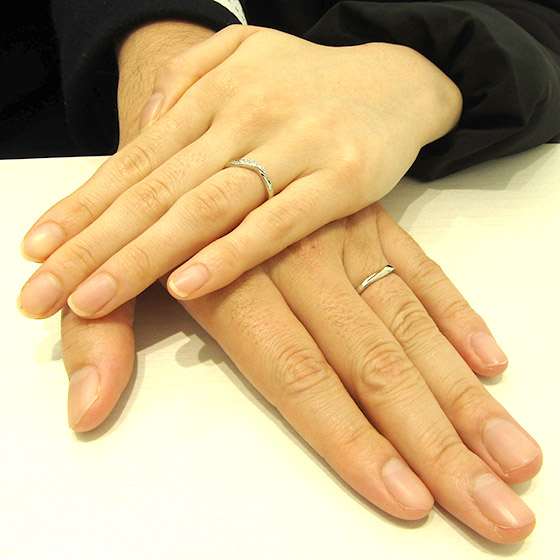 >大きなS字ラインが素敵。お二人にぴったりな結婚指輪です!