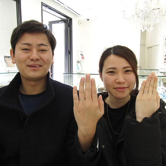 >完成したばかりの結婚指輪をはめてにっこり♡
