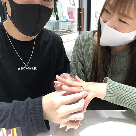 >婚約指輪と結婚指輪を重ねて着けて、より華やかな印象となりましたね!