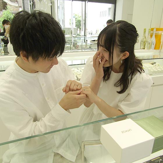 >とっても優しいお二人で、仲良く結婚指輪探しをしてくださっていたのが印象的です。
