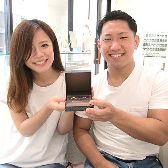 完成したばかりの結婚指輪と記念撮影♪お二人の笑顔が素敵です!